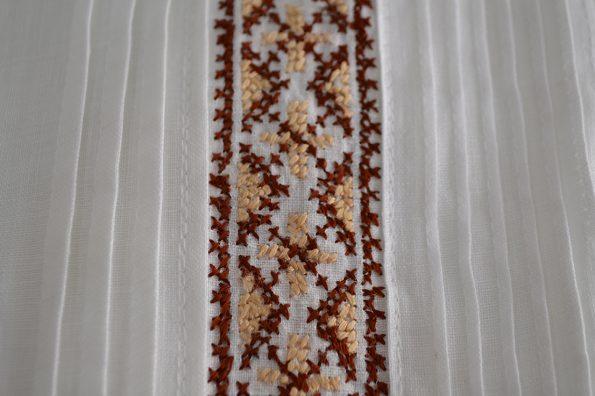 Guayabera bordada en punto de cruz