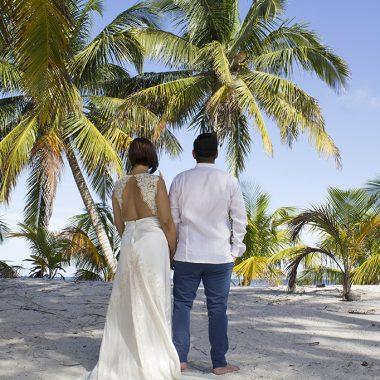 La guayabera como el outfit ideal para el novio en una boda en la playa